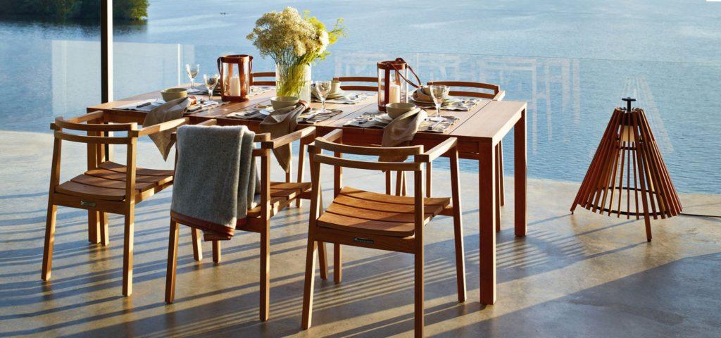 Gartenstuhl - Setzen Sie sich, bitte. Zum Beispiel auf den Teak Stuhl Oxnö von Skargaarden