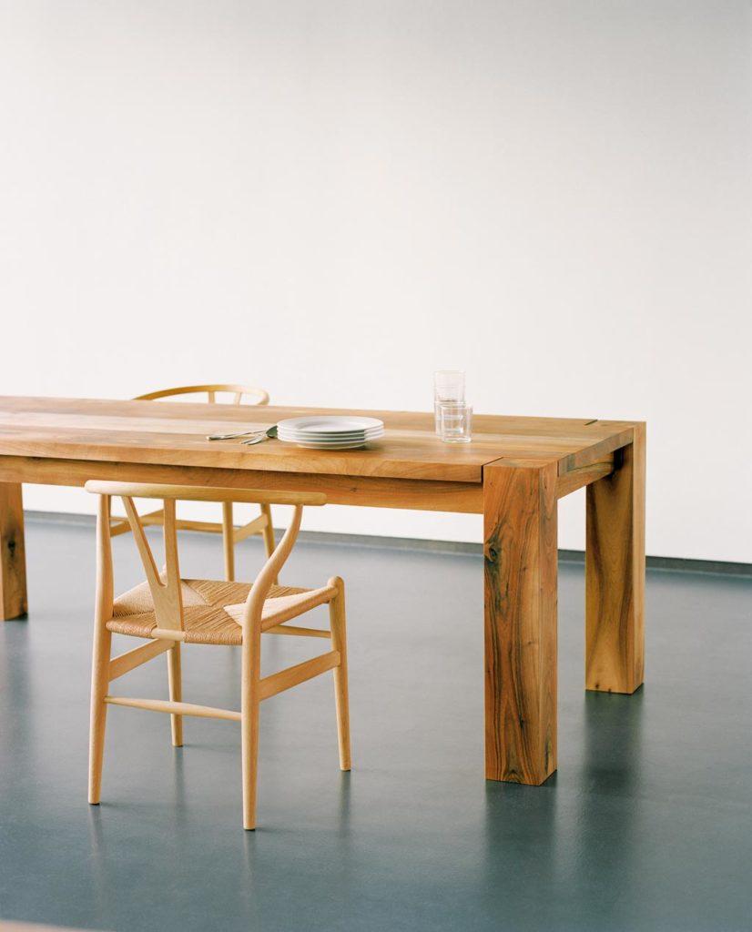 Kernige Schönheuten aus Nussbaum - BIGFOOT Table von E15