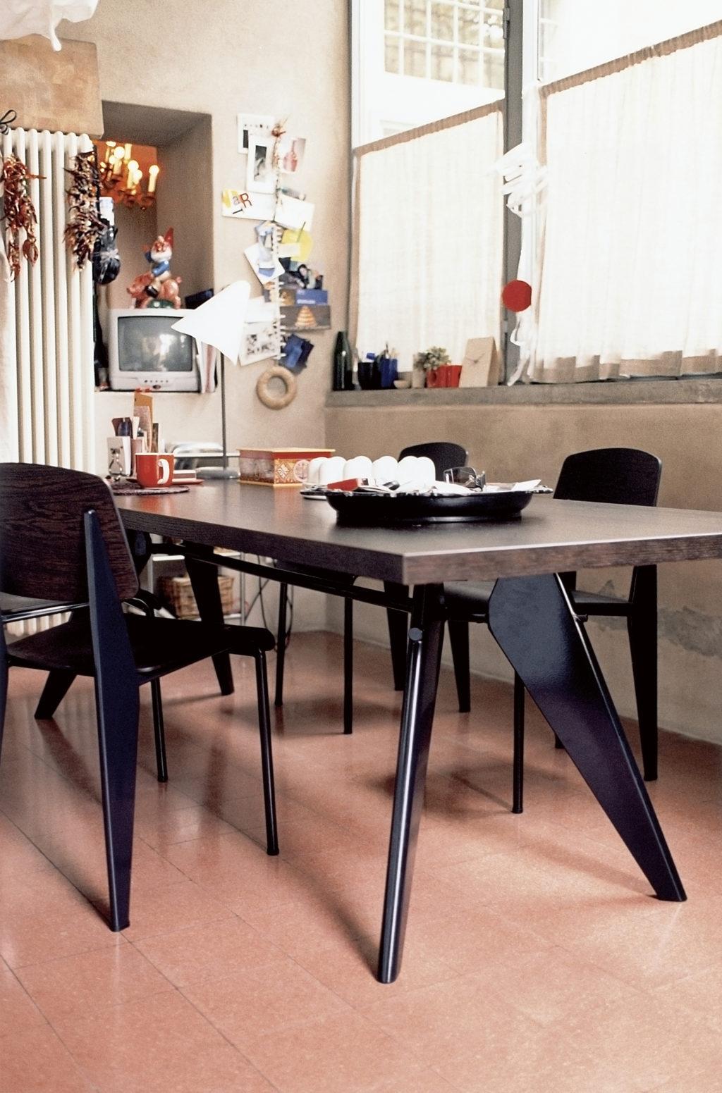 Kernige Schönheiten aus Nussbau - Standard Stuhl und EM Table von Vitra