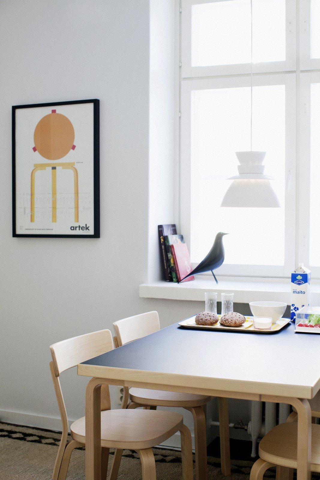 Hölzerne Highlights - helle Hölzer im Interior Design. Die Artek Stühle aus hellem Buchenholz fügen sich einfach in das zurückhaltende Interieur ein.