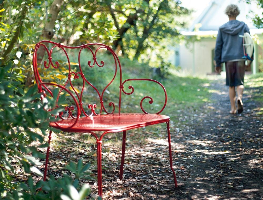 Gartenbank in der Farbe der Liebe: 1900 in Rot
