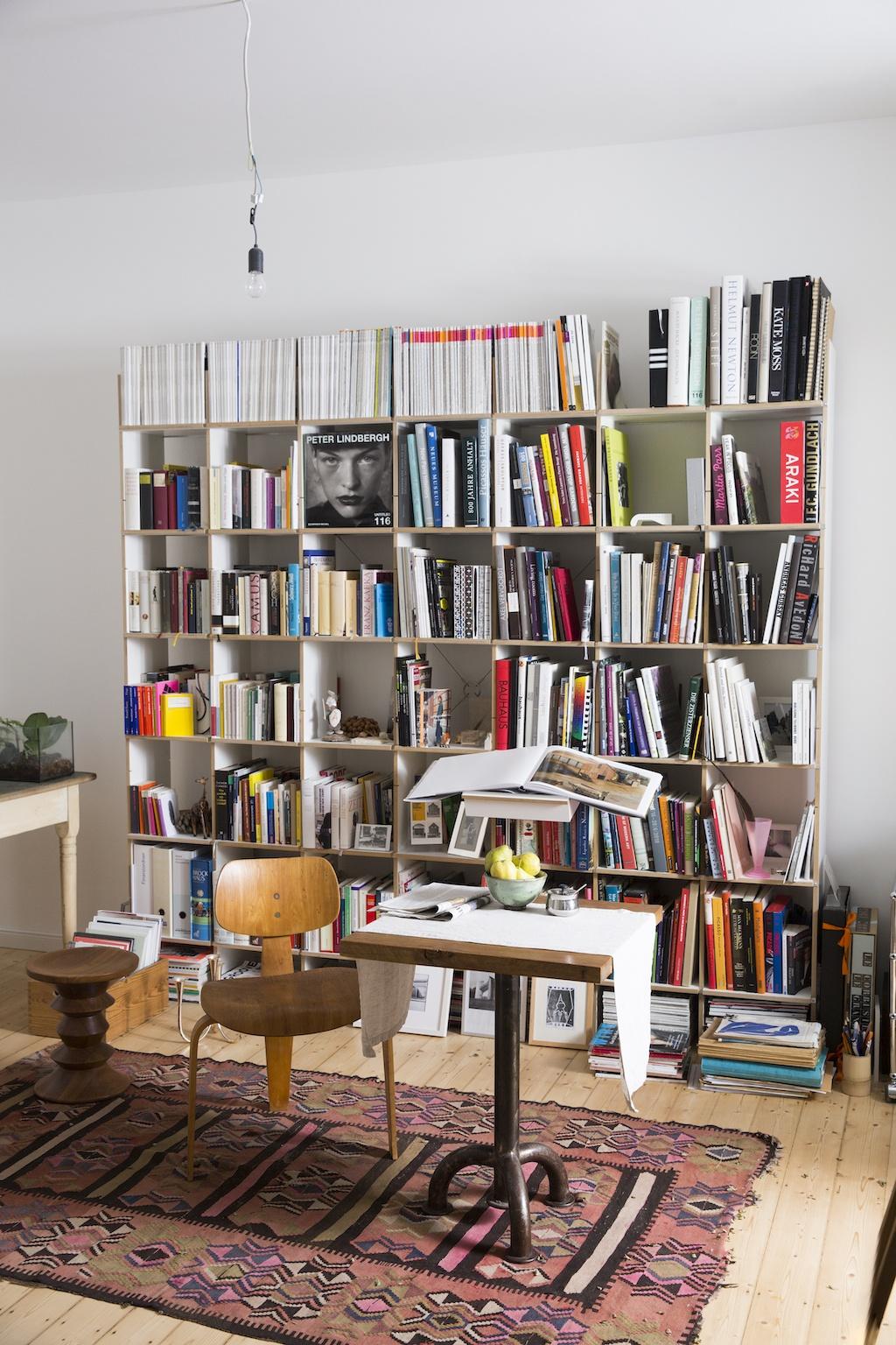 Das Bücherregal FNP von Moormann lässt sich innerhalb von 15 Minuten zu zweit aufbauen