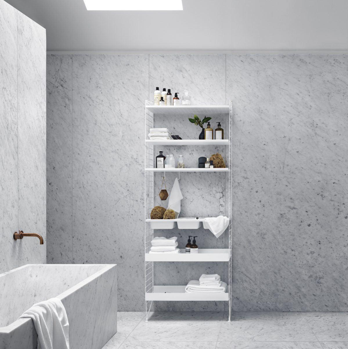 String Regal in edlem Marmor-Badezimmer
