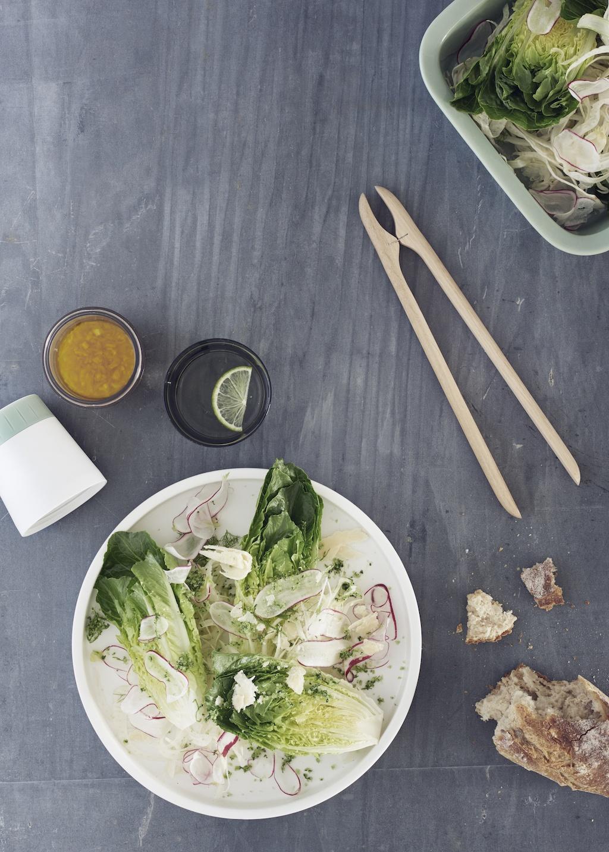 Rig-Tig Dressing Shakerund angerichteter Salatteller