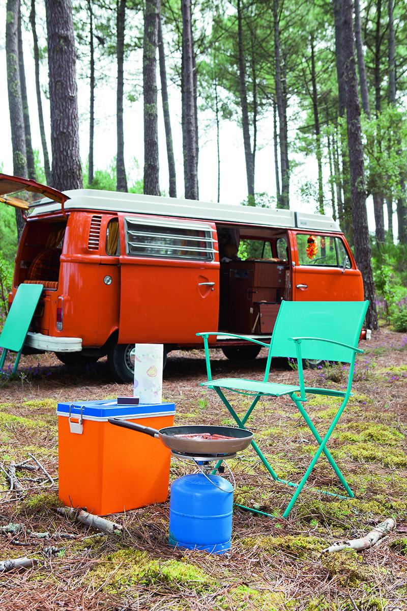 mobile Outdoormöbel, Klappstuhl und klapptisch, Campingbus, Gaskocher, Kühlbox
