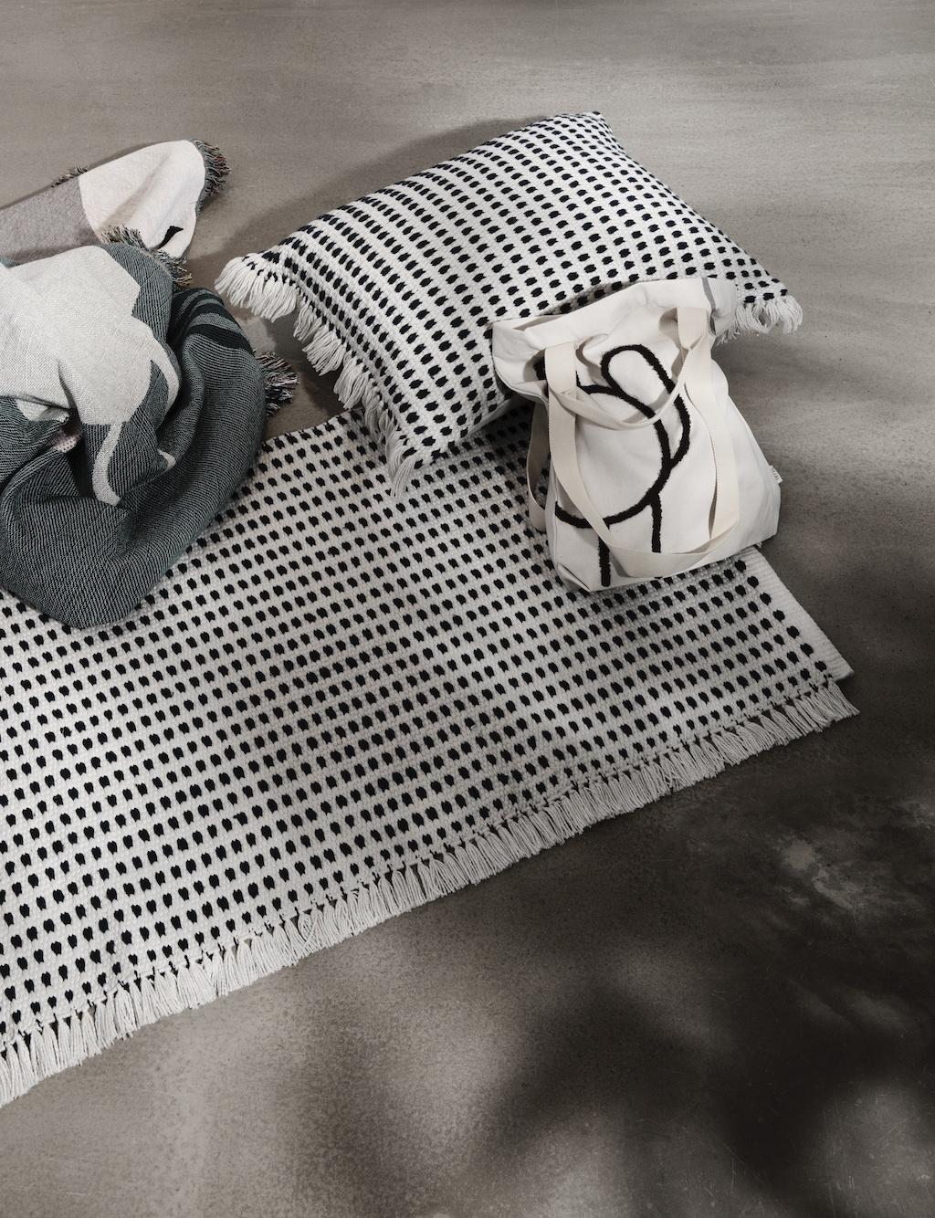 Nachhaltiges Design: WAY Teppich von ferm LIVING auf einem Betonboden
