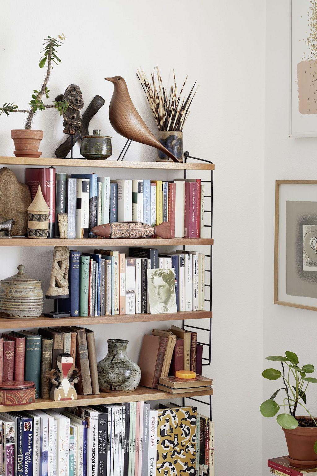 Bücherregal mit Büchern, Keramiken und einen Eames House Bird