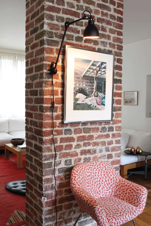 Wandleuchte spart platz am Boden oder auf Ablageflächen. Beleuchtung für die erste eigene Wohnung.