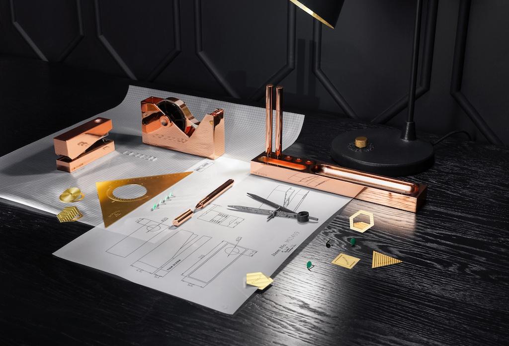 Cube Tacker, Klebebandabroller und Stifthalter von Tom Dixon auf einem schwarzen Schreibtisch