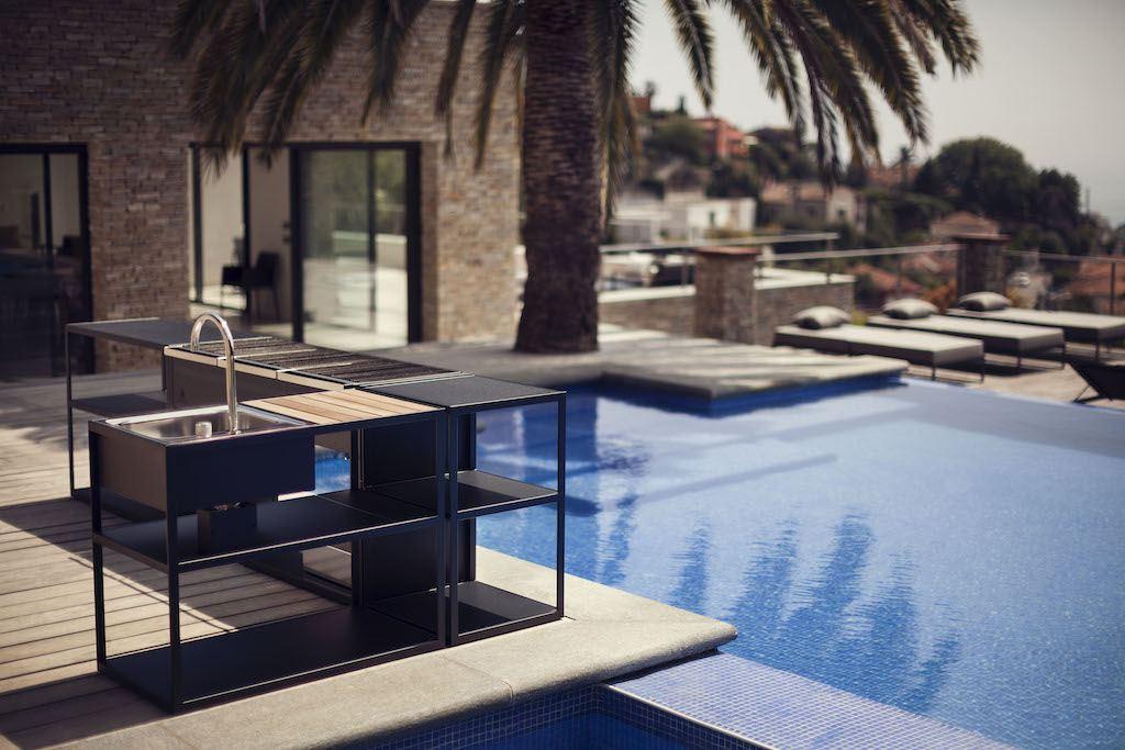 Küchenmodule von Röshults zwischen Pool und Terrasse