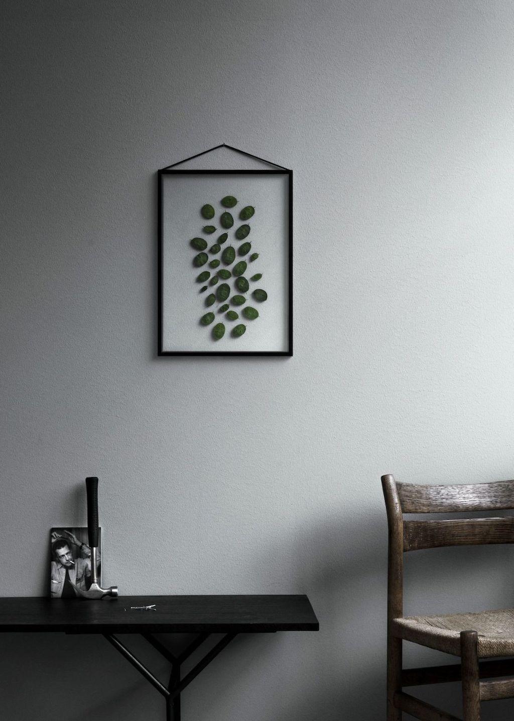 Rahmen von Moebe hängt an grauer Wand