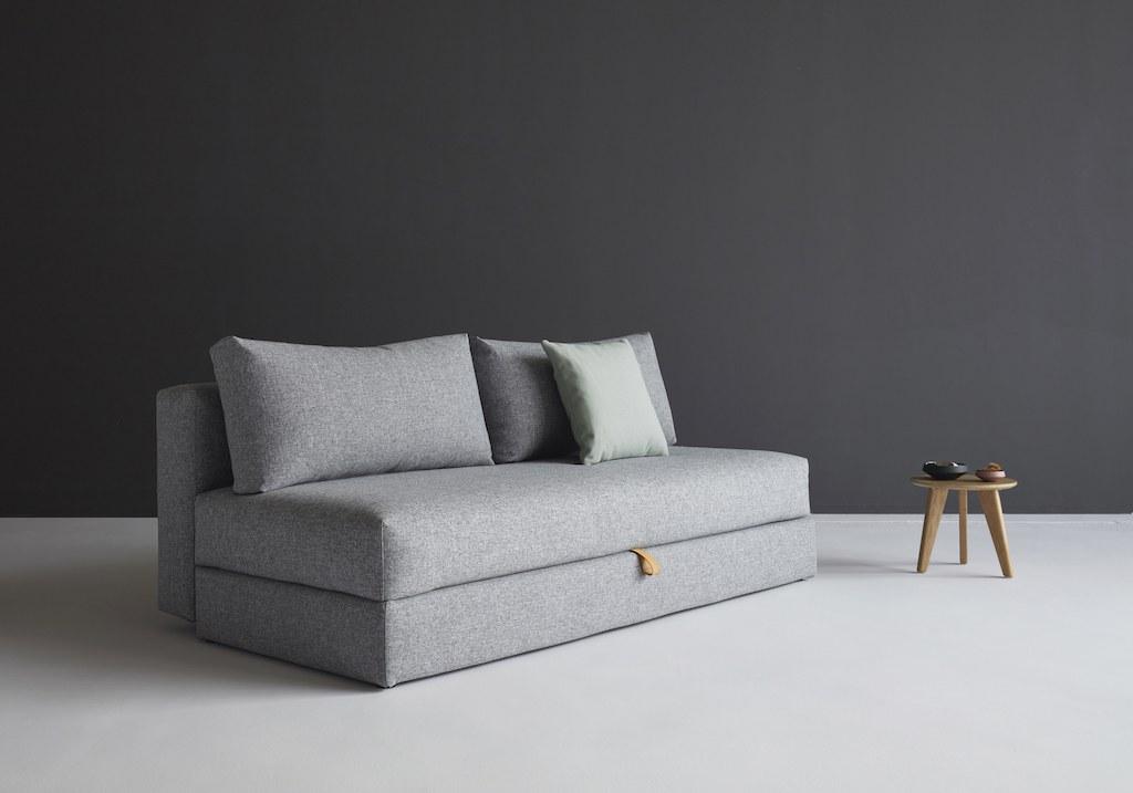 Erste eigene Wohnung: graues Sofabett als multifunktionsmöbel auf kleinem Raum.