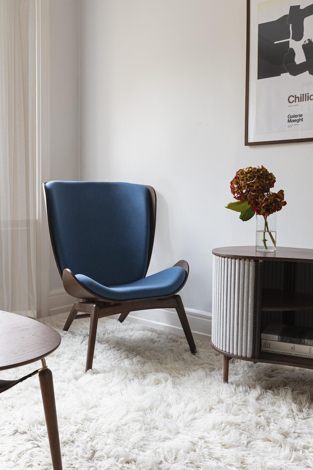 Maritimes Interieur mit The Reader Sessel von Umage in Blau