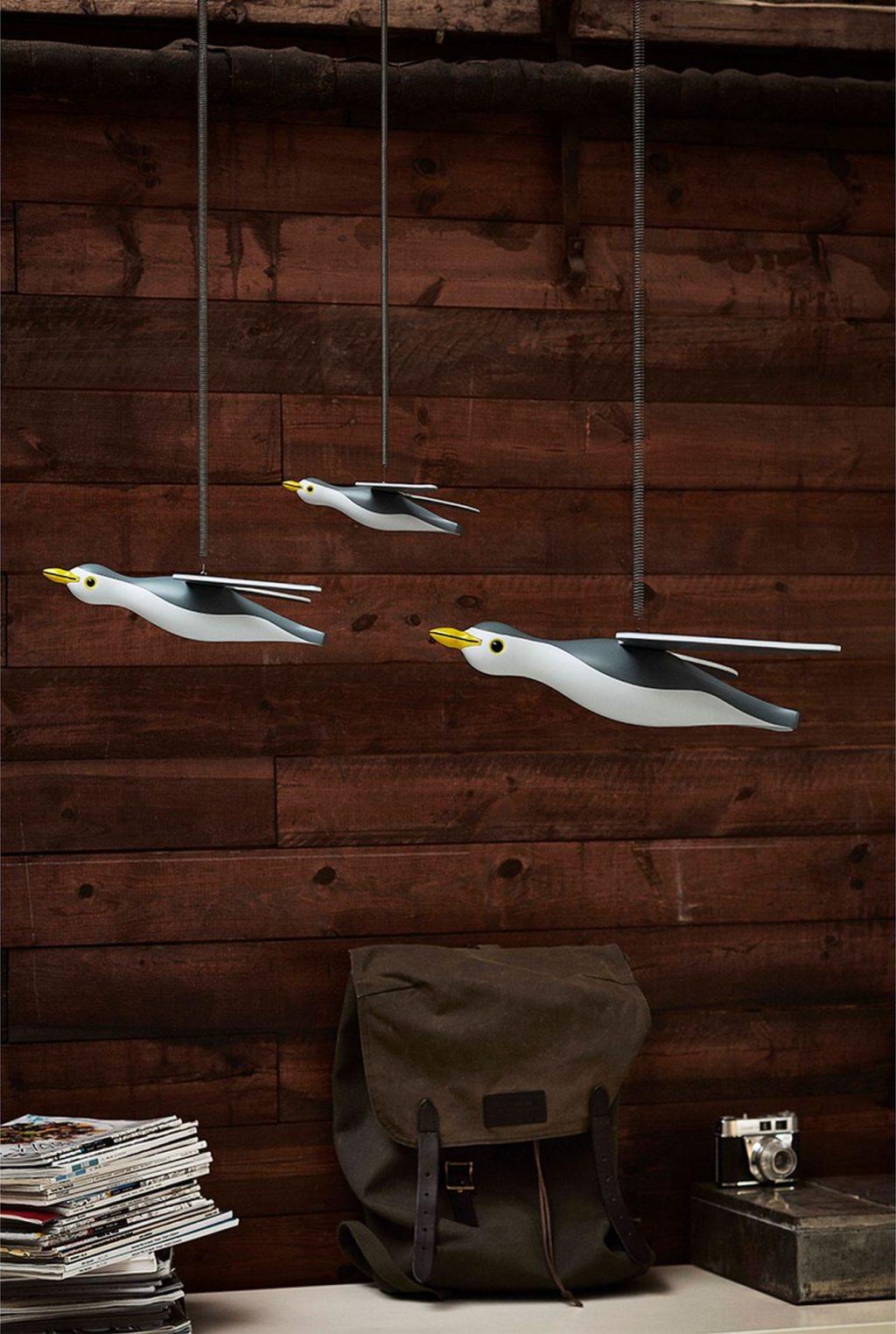 Drei Möwen Mobiles von Kay Bojesen vor Holzwand - maritimes Interieur