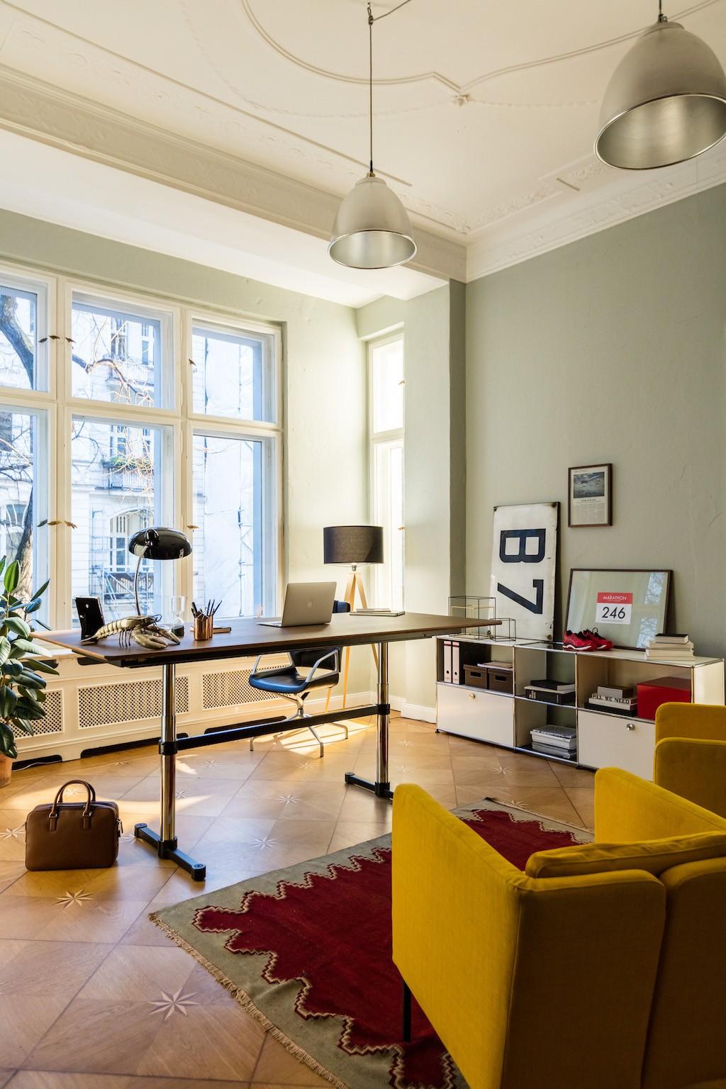 USM Haller Schreibtisch Höhenverstellbar in Altbau Büro als Homeoffice Upgrade