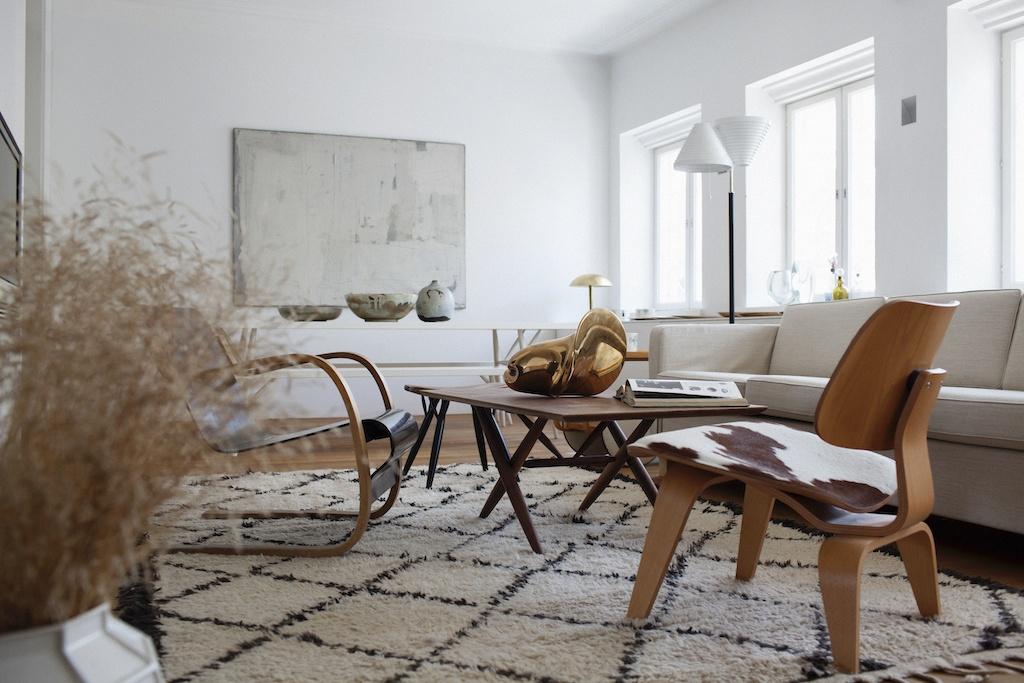 Sitzbereich mit weißem Sofa, und zwei Sesseln. Ein Plywood Group LCW Chair von Vitra und ein Sessel von Alvar Aalto. Ein gutes Beispiel für den Einsatz von Salon Solisten im Interieur