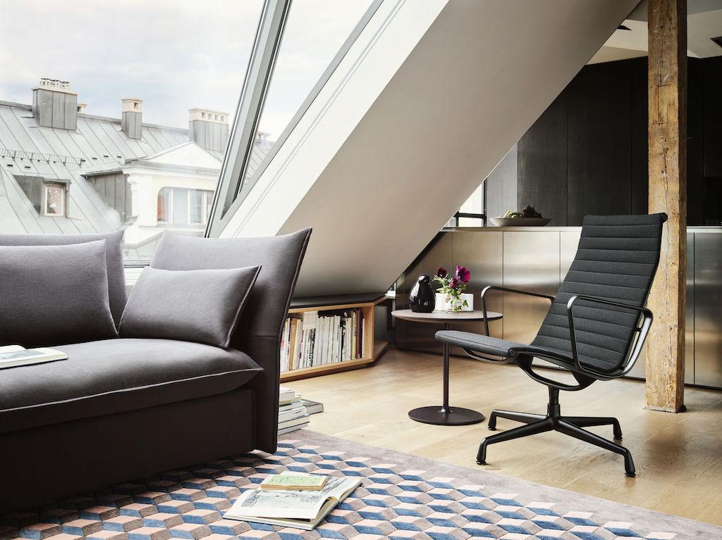 EA 116 von Vitra als Sessel im Wohnbereich. Farbvariante in Hopsak All Black.