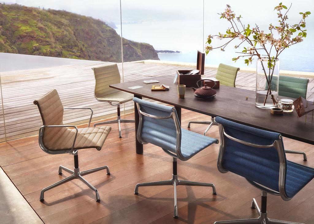 Eames Aluminum Group mit sechs Aluminium Chair mit Hopsac Sitzbespannung in verschiedenen Farben