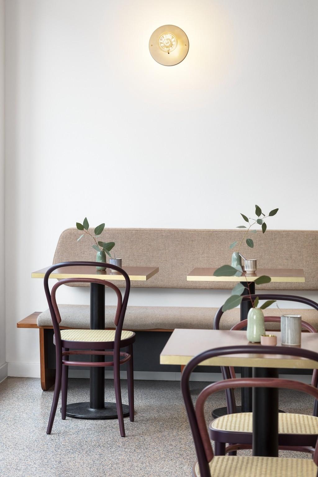 Two-Tone Thonet 214 in einem Café
