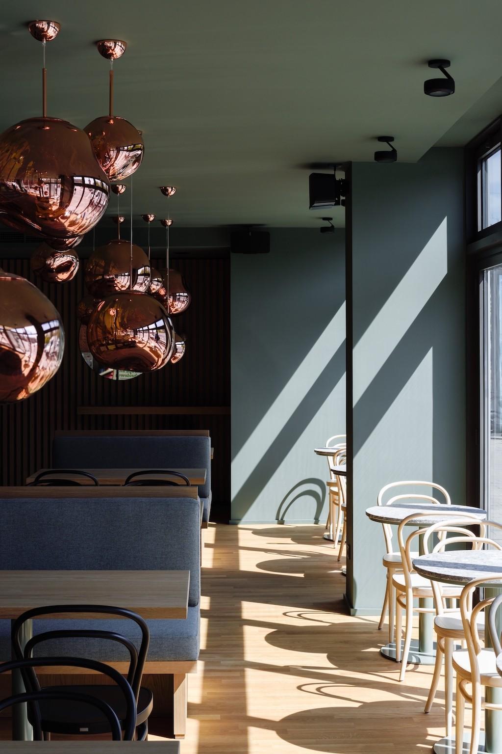 Café mit Thonet 214 Stühlen