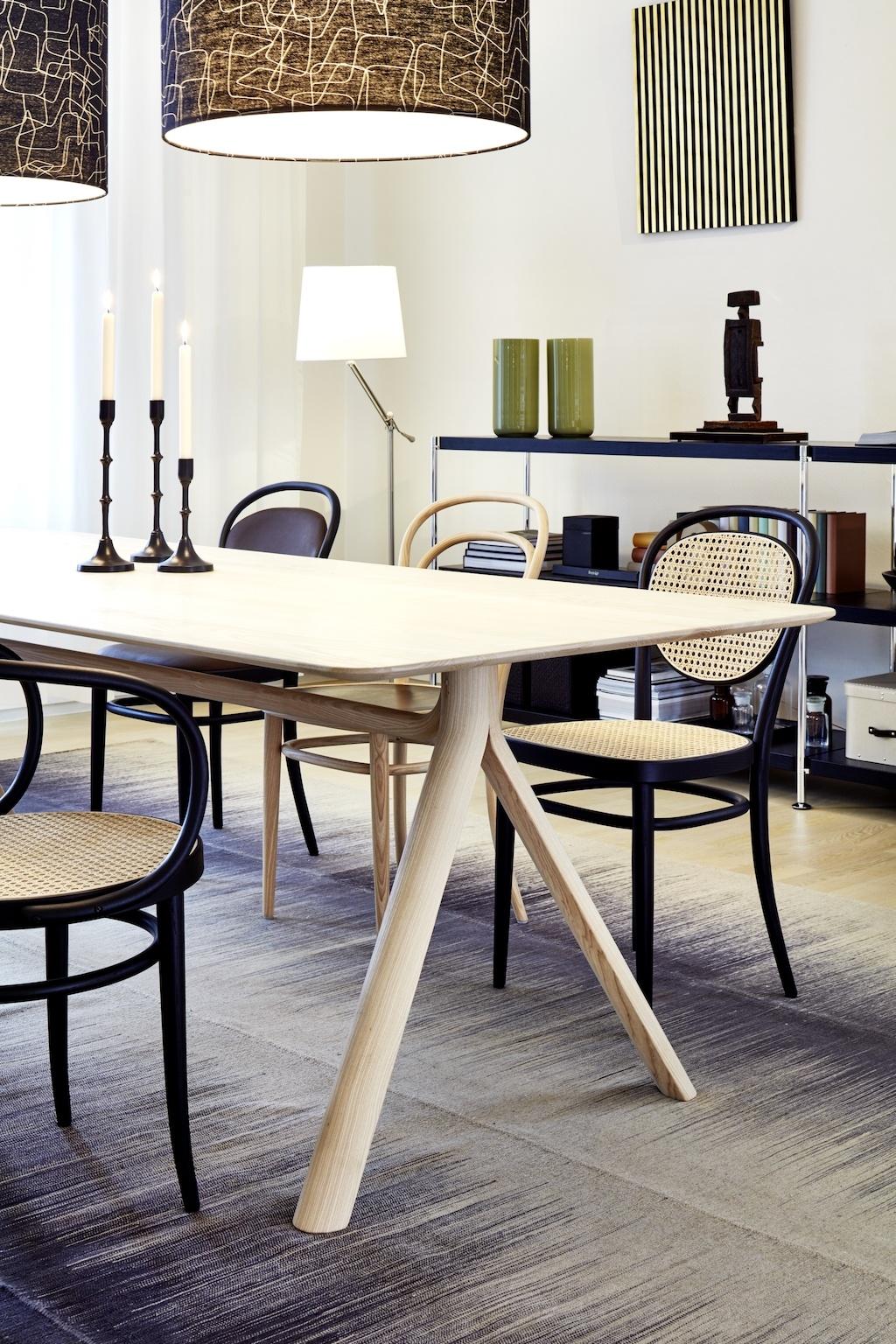 Esszimmer mit unterschiedlichen Bugholz-Stühlen von Thonet.