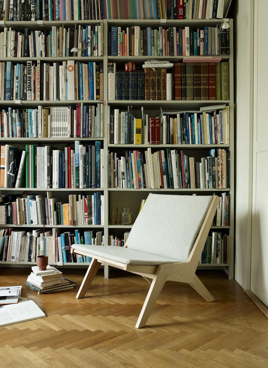 Ein TRaum von einem Bücherregal: Bis zur decke gefüllt mit Büchern, davor ein breiter Sessel zum Lesen. Schöner Schmökern: Inspiration für die Leseecke.