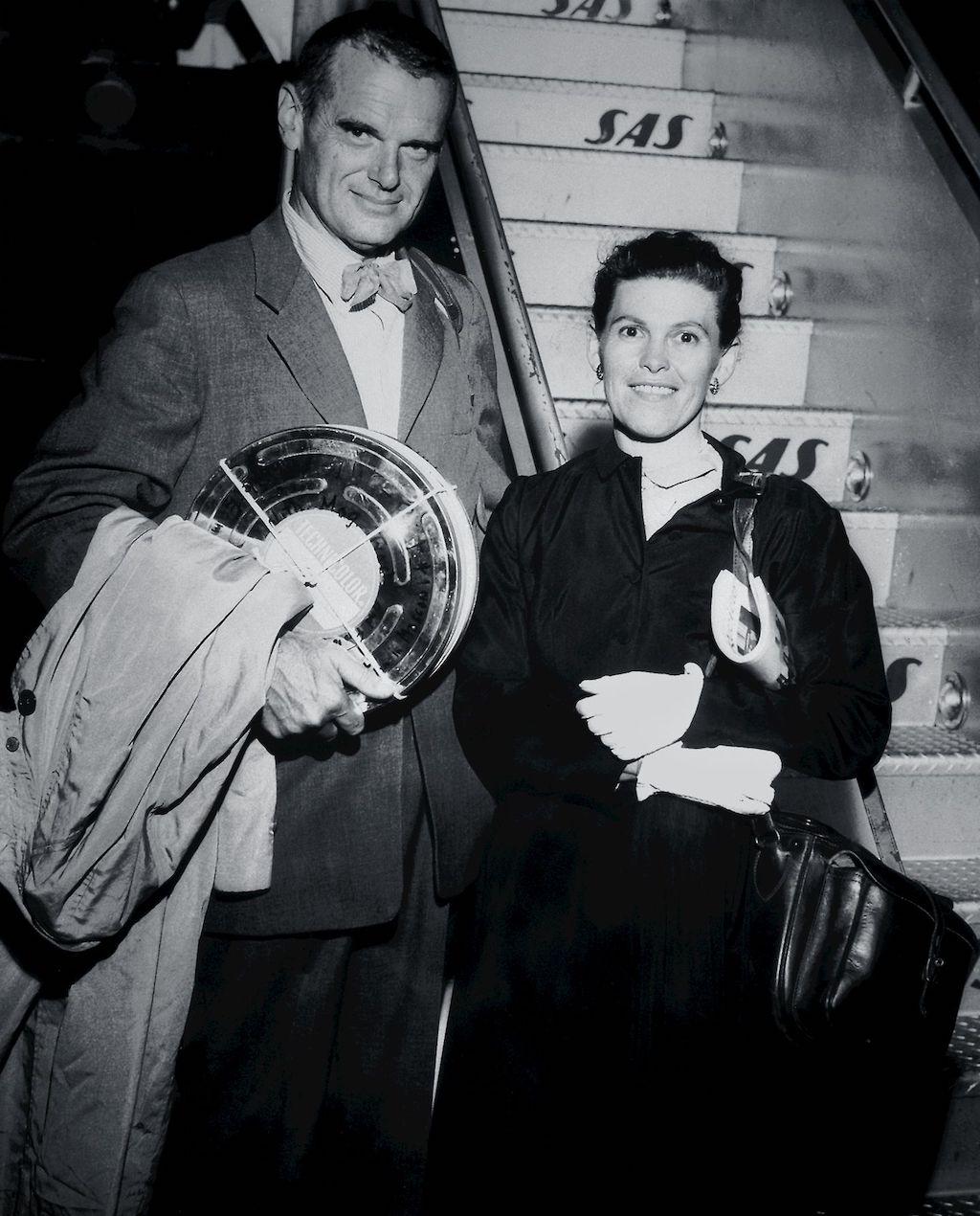 Vitra Home Stories: Geschichten aus dem Archiv. Ehepaar Eames vor der Gangway eines alten Flugzeugs