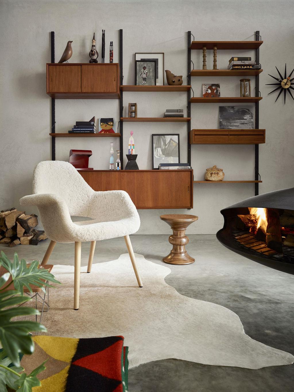 Vitra Home Stories mit Organic Chair mit Schaffellbezug