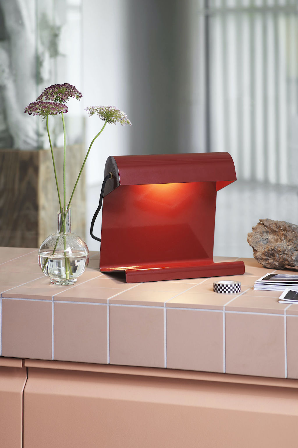 Vitra Home Stories mit Lampe de Bureau in Rot