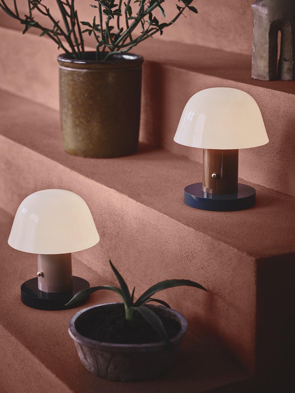 zwei Setago JH27 Leuchten von andtraditon auf terrakotta-farbenen Treppenstufen. Leuchten im Pilz-Design, die die Inspiration auch im Namen tragen.