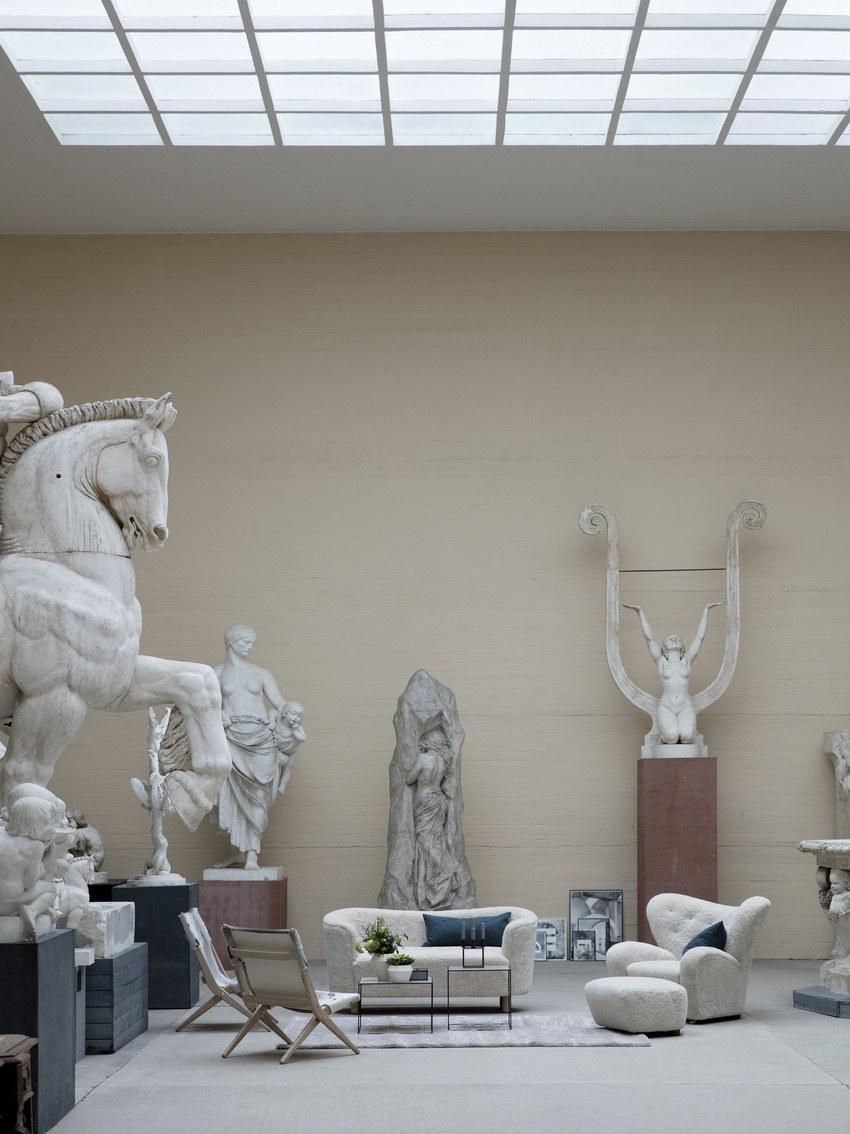 by Lassen im Museum zwischen antiken Statuen.