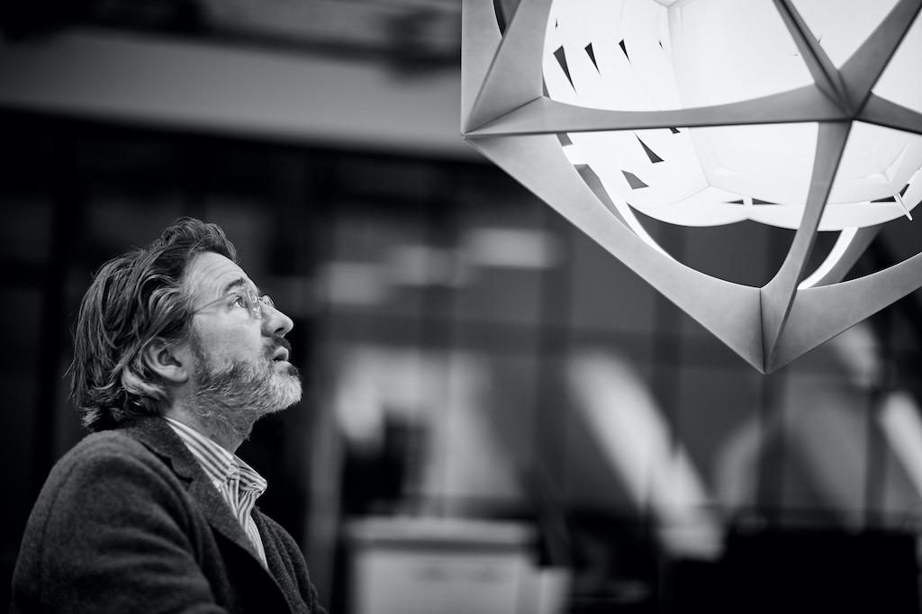 Olafur Eliasson bei der Betrachtung seiner OE Quasi Leuchte