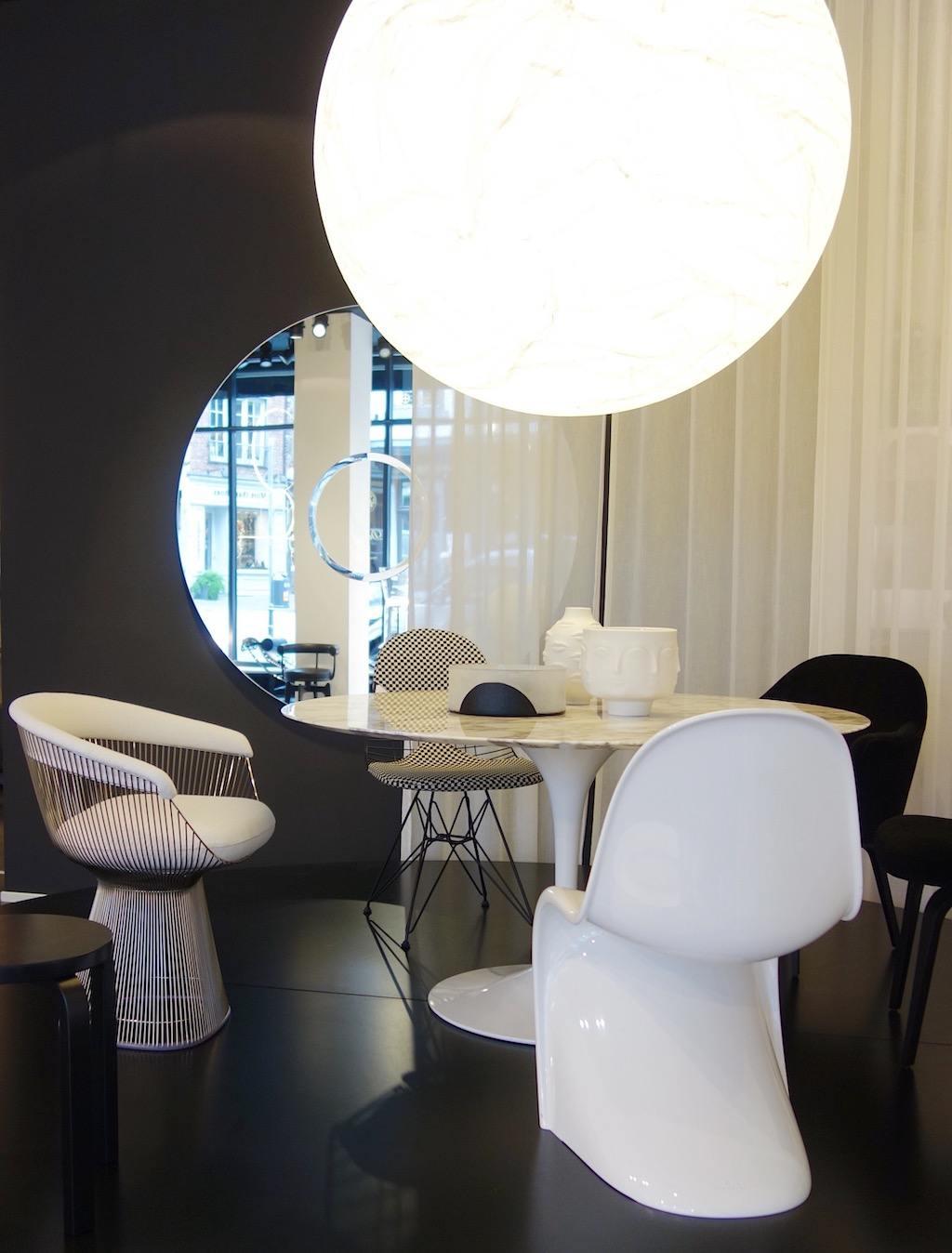 Saarinens Tulip Table mit Panton, Eames, Platner und Organic Chair in monochromen Varianten