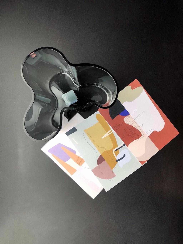 Aalto Vase für Iittala und die 3 von Swantje hinrichsen gestalteten Karten.