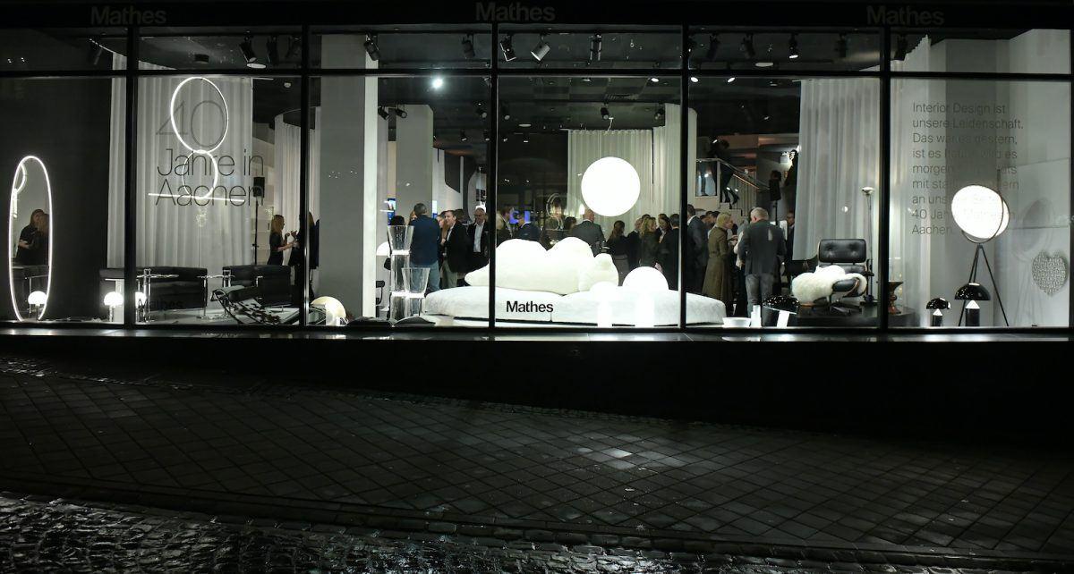 40 Jahre Mathes in Aachen: Ansicht auf die Schaufenster zur Jubiläumsfeier bei Dunkelheit