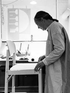 Cecilie Manz bei der Arbeit an einem Prototypen des Workshop Chairs