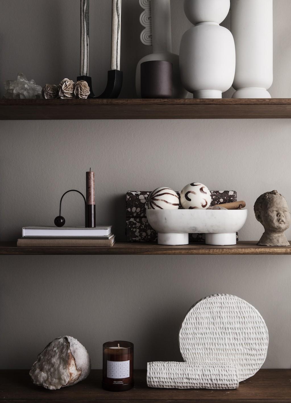 weiße Skulpturen, Büsten und Vasen auf Wandregalen