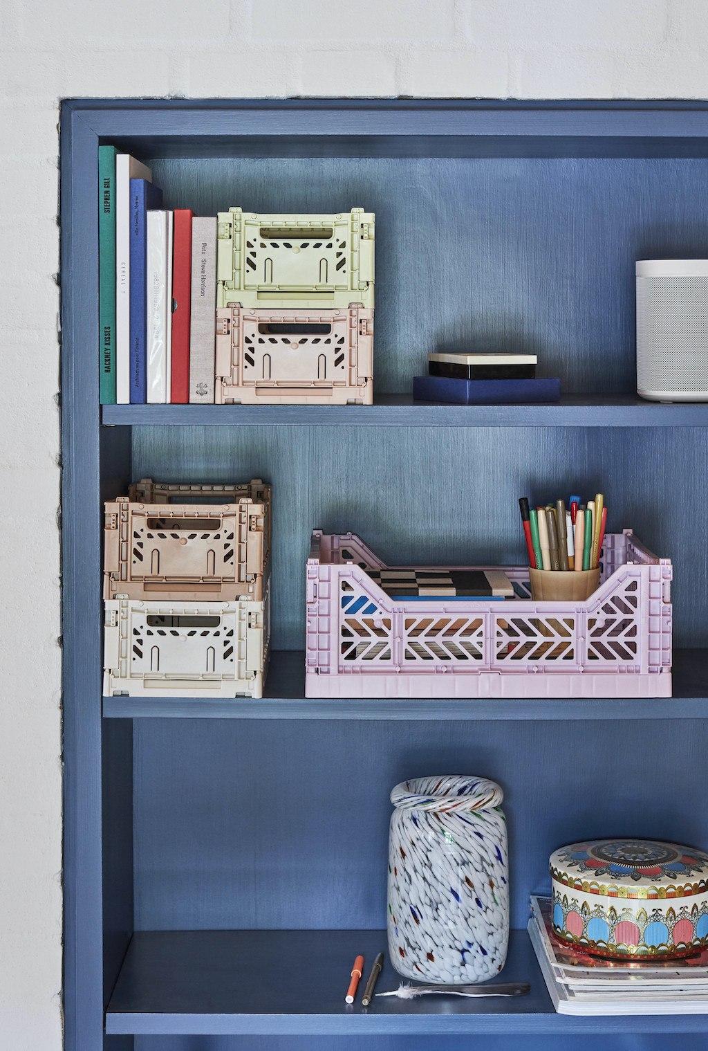 Blaues Regal mit Colour Crates von HAY und Büchern