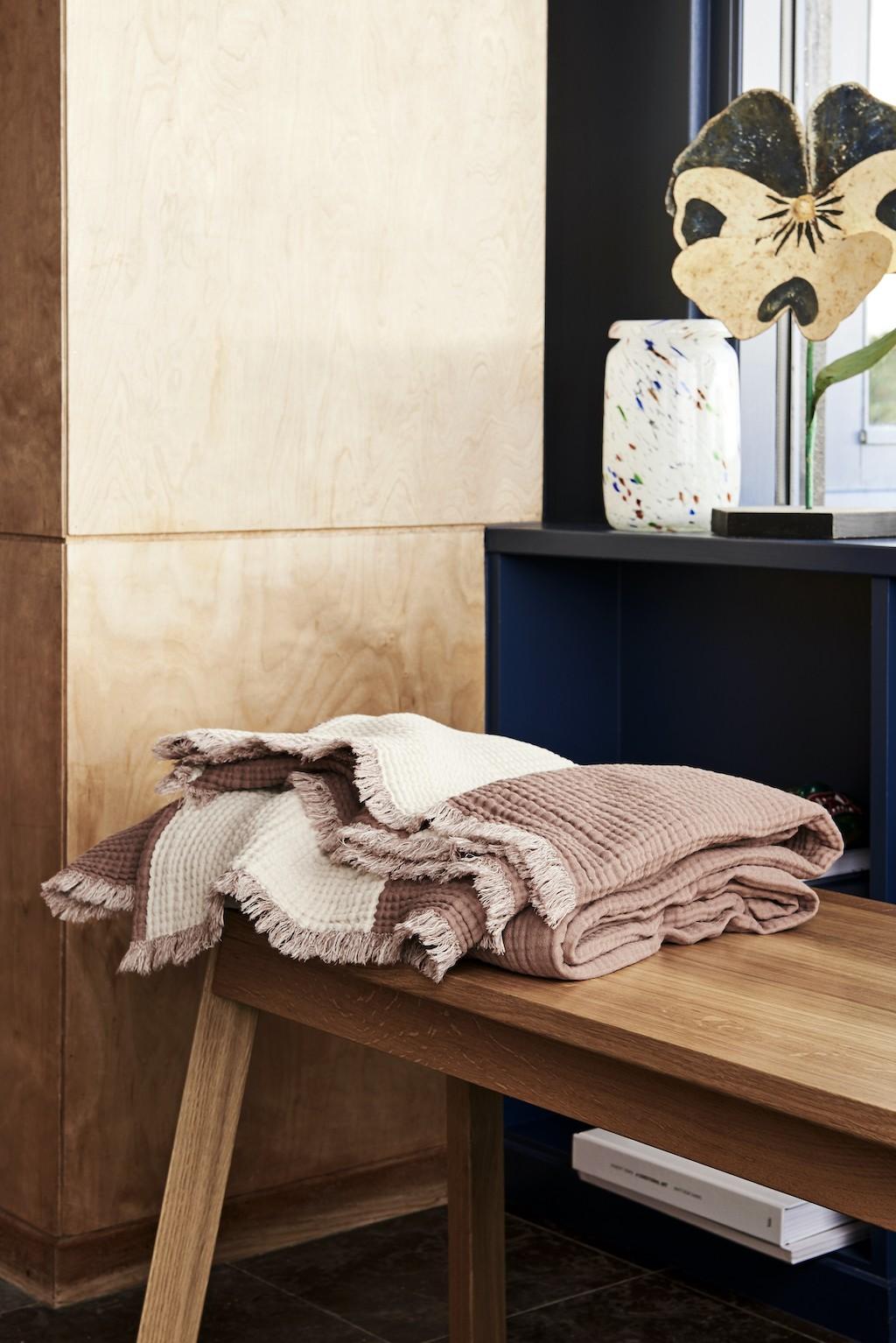 Stauraum im Badezimmer: Sitzbank im Badezimmer als Ablagefläche