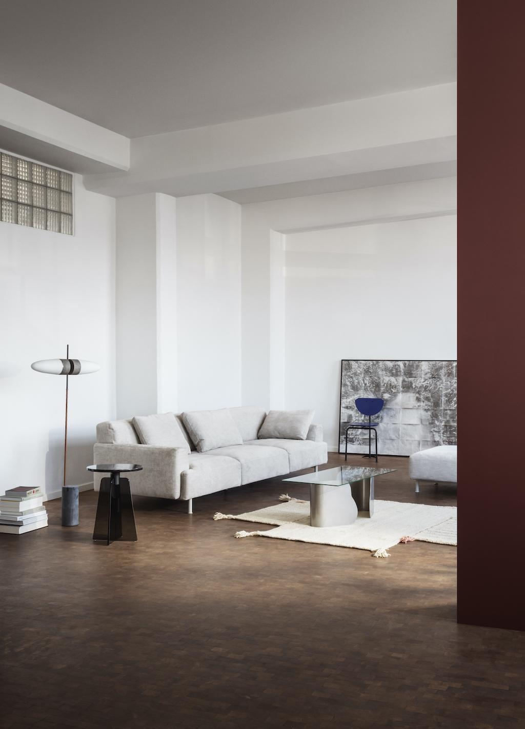 Helles Sofa und moderner Wohnbereich mit weißen Wänden und Holzfußboden