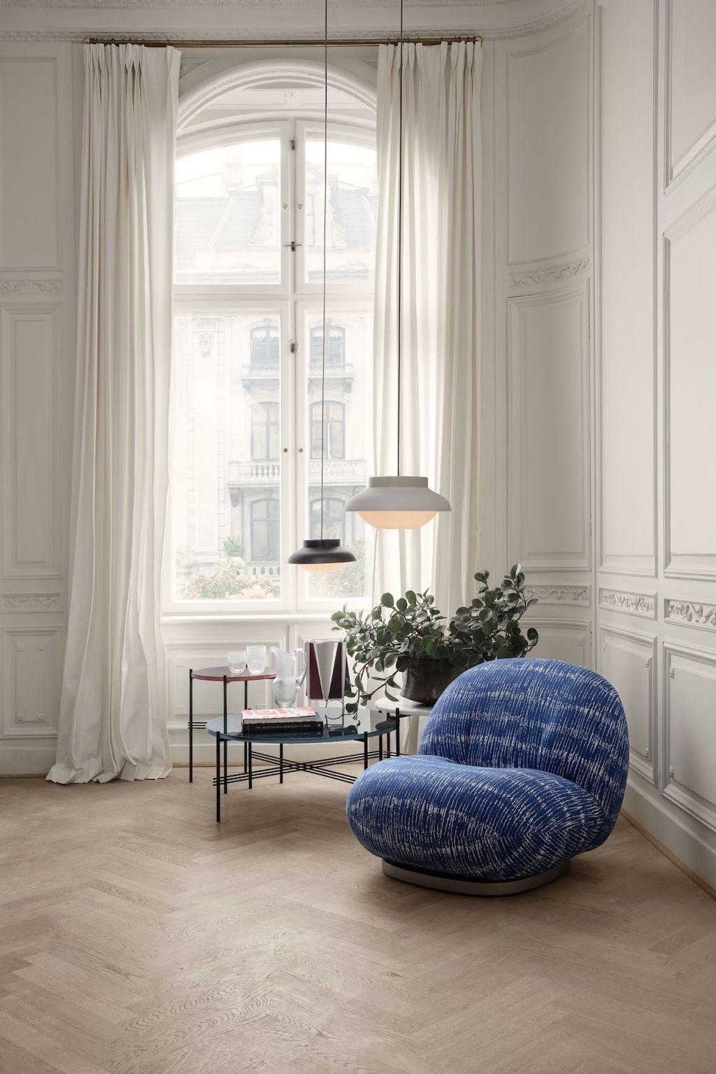 Gubi TS Couchtisch in weißem Altbau mit hellen Vorhängen und blauem Polstersessel
