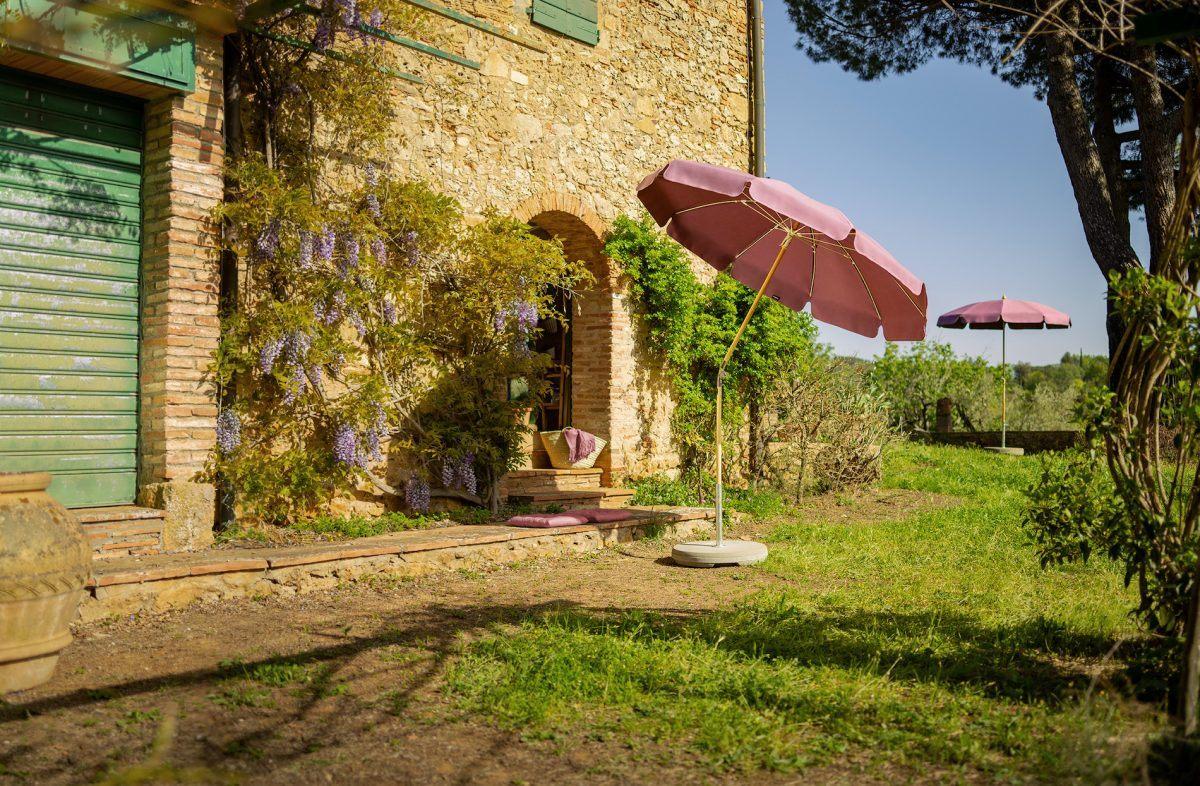 Mit Sonnenschirm, Charme und Melone - Schattenspender im Garten