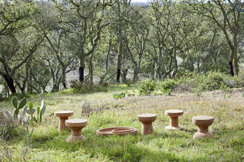 SELECTED Nachhaltigkeit - Cork Kollektion von Vitra freistehend in einem Garten
