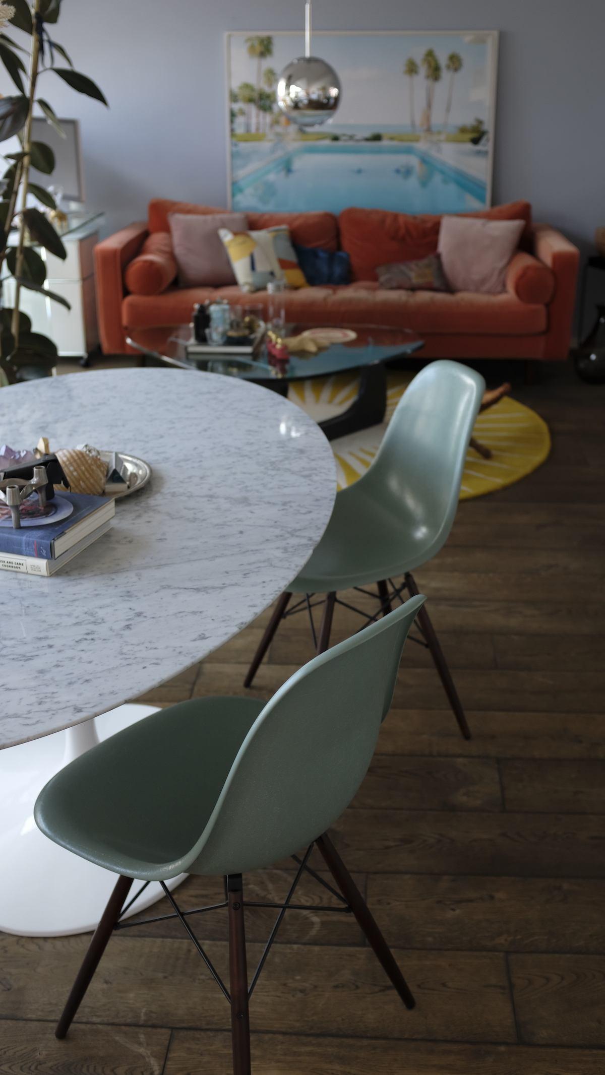 Homestory und Interview mit Cloudy Z - Saarinen Esstisch und Eames Fibreglass Chairs im Wohnbereich