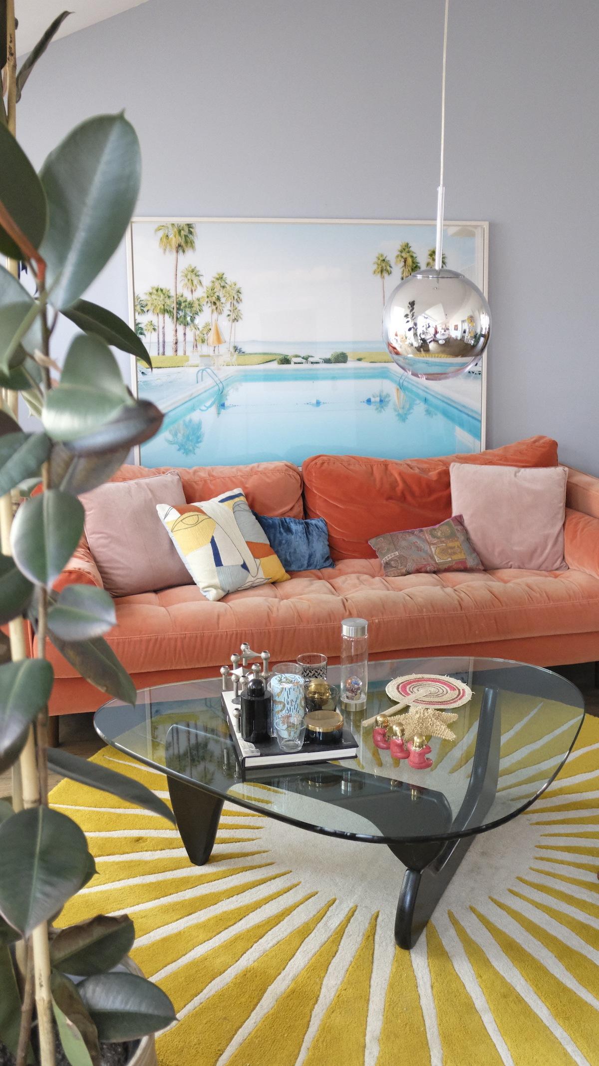 Homestory und Interview mit Cloudy Z - Sofa und Noguchi Coffee Table im Wohnzimmer