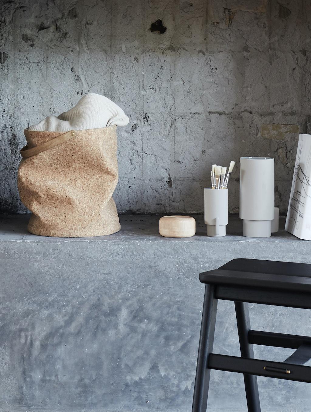 Nest Kork Papierkorb von Form&Refine auf einem Betonvorsprung