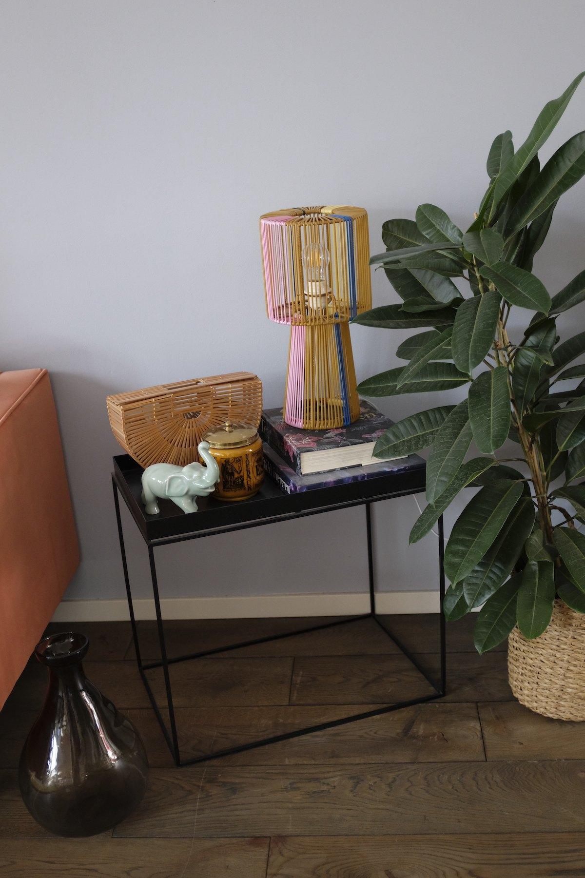 Homestory und Interview mit Cloudy Z - Tray Table von HAY als Beistelltisch neben dem Sofa