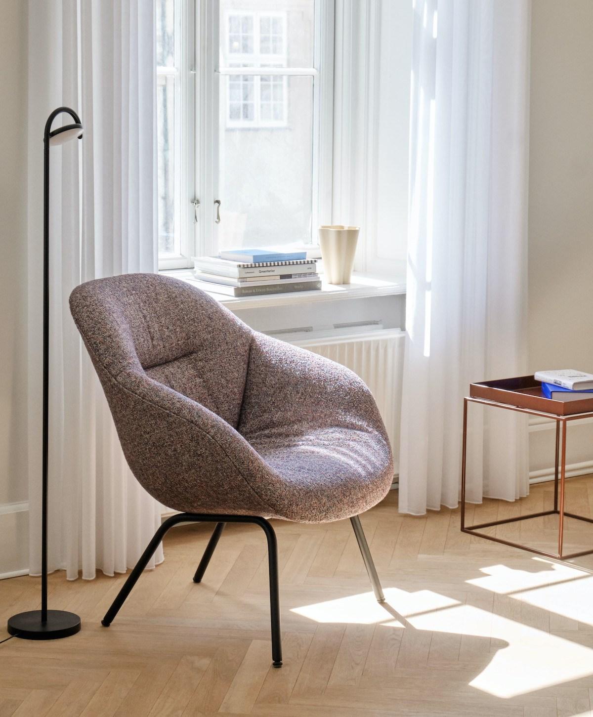 AAL Loungechair von HAY am Fenster stehend