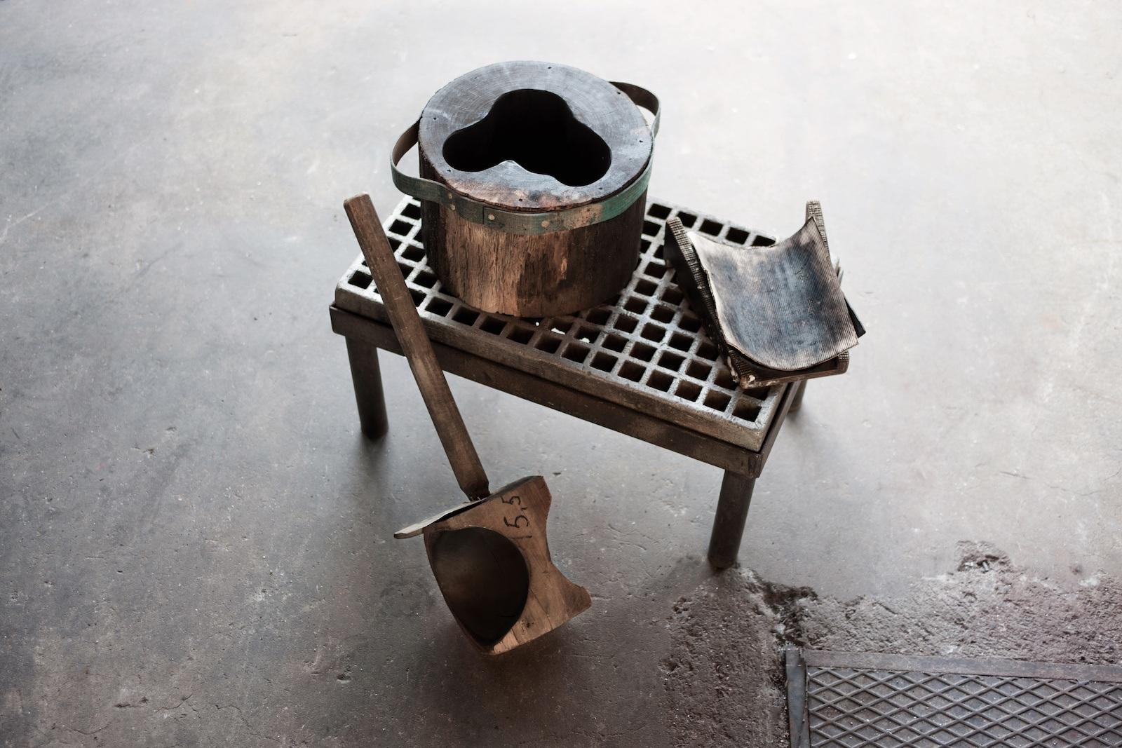 Wichtige Werkzeuge bei der Formung des Aalto Vase, darunter die gewässerte Holzform für das ikonische Glasobjekt
