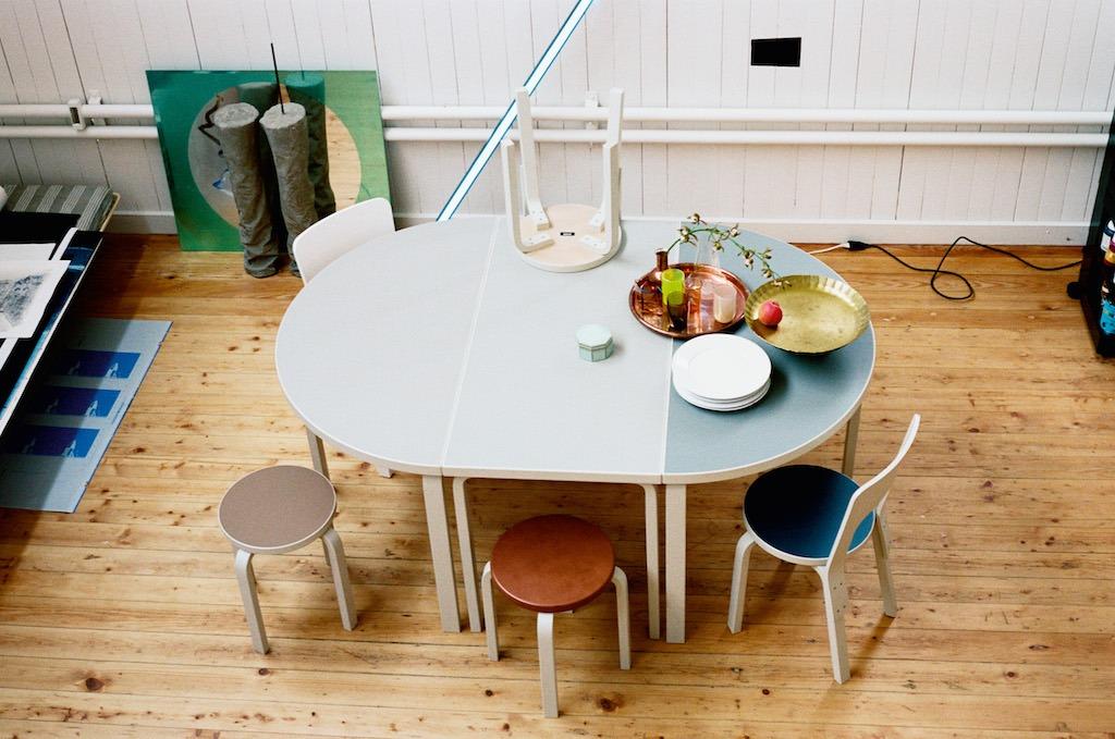 """Einrichtung von Wert - Design als Investition: Alvar Aalto Tischkombination und drumherum """"E60"""" Hocker und """"66"""" Stühle"""